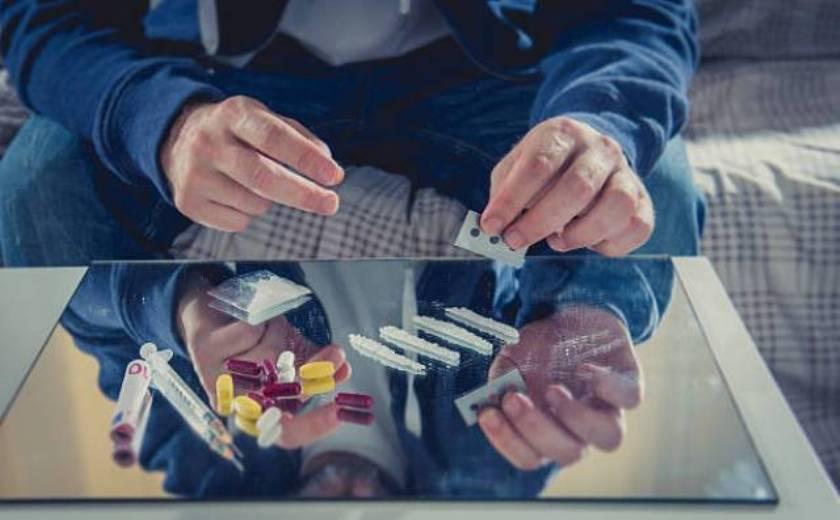 Почему человек начинает принимать наркотики?