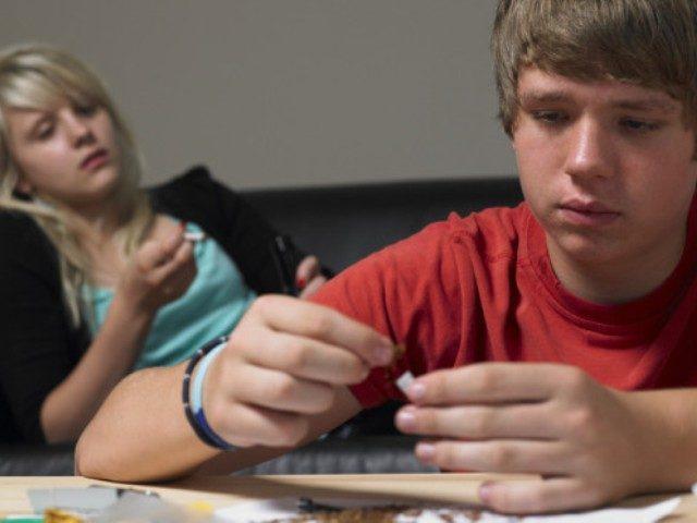Подросток употребляет наркотики