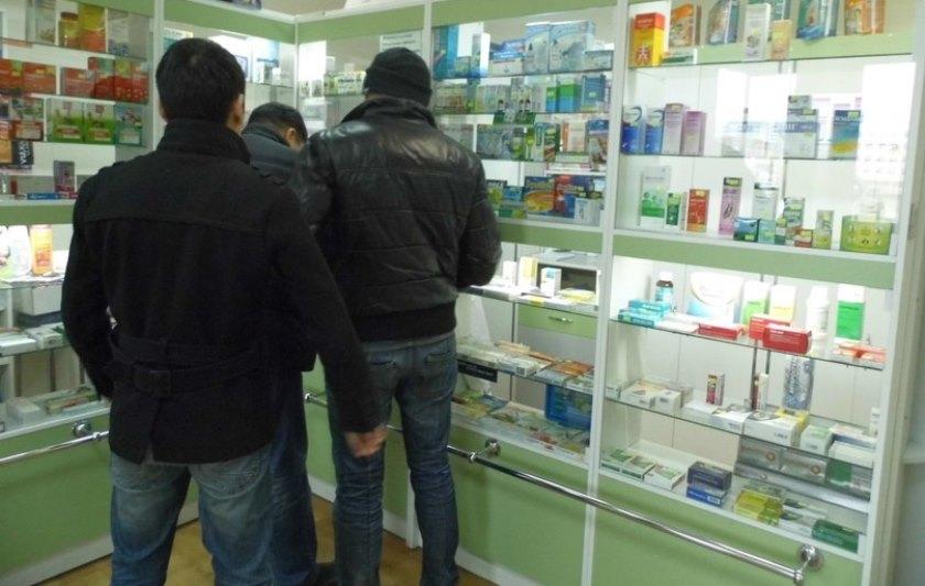 Наркоманы покупают наркотики в аптеке