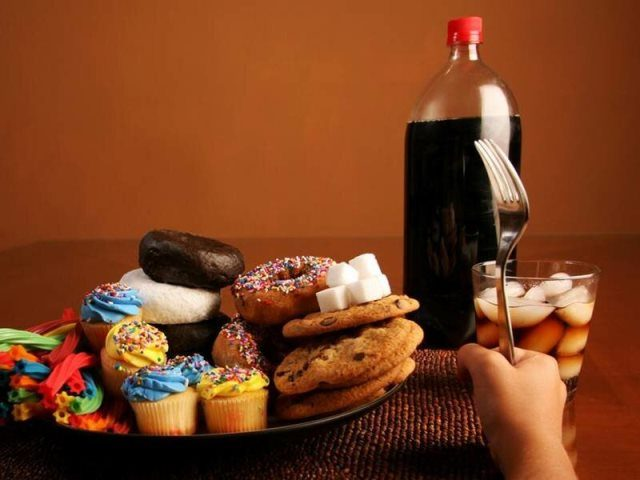 Наркоман ест сладкое